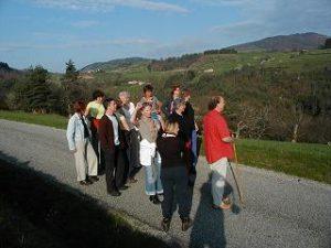 Loek met groepje aan wandel met vergezicht voor bij Zomerweek